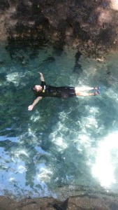 Tim Kerja Trip FJPI Sulut ke Aer Konde Michelle Dejonker dari Trans TV saat berenang Aer Konde